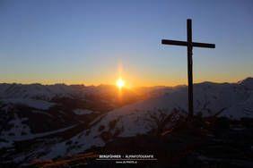 Sonnenuntergang am Gipfelkreuz des Ronachgeier. Wald, Königsleiten, Salzburgerland, Kitzbüheler Alpen, www.alpindis.at