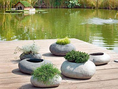 Terakotový květináč Mur napodobuje kameny. Rozměry 23 x 9 x 15 cm. Cena od 169 Kč.