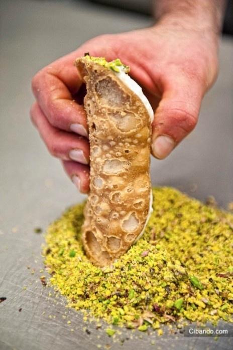 Cannolo alla ricotta con granella di pistacchio ...