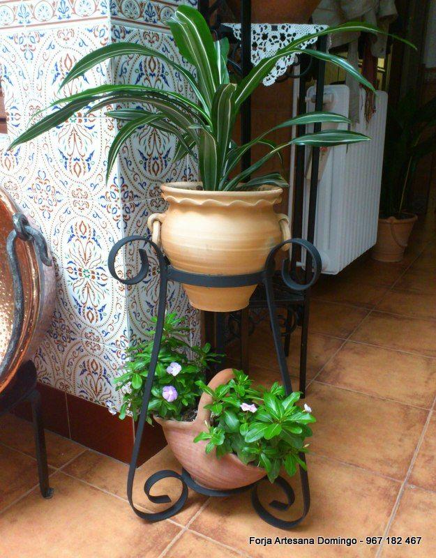 Macetero con adornos de forja hechos a mano de forma for Modelos de jardines interiores