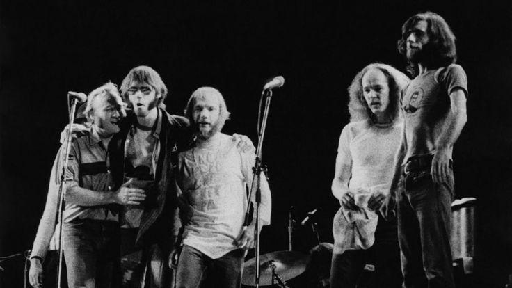Tim Drummond, een van de meest vermaarde sessiemusici uit de Amerikaanse rockmuziek, is afgelopen weekeinde overleden. Hij speelde als bassist op vele tientallen beroemde platen mee van Neil Young, Bob Dylan, James Brown en Neil Diamond.(Dutch)