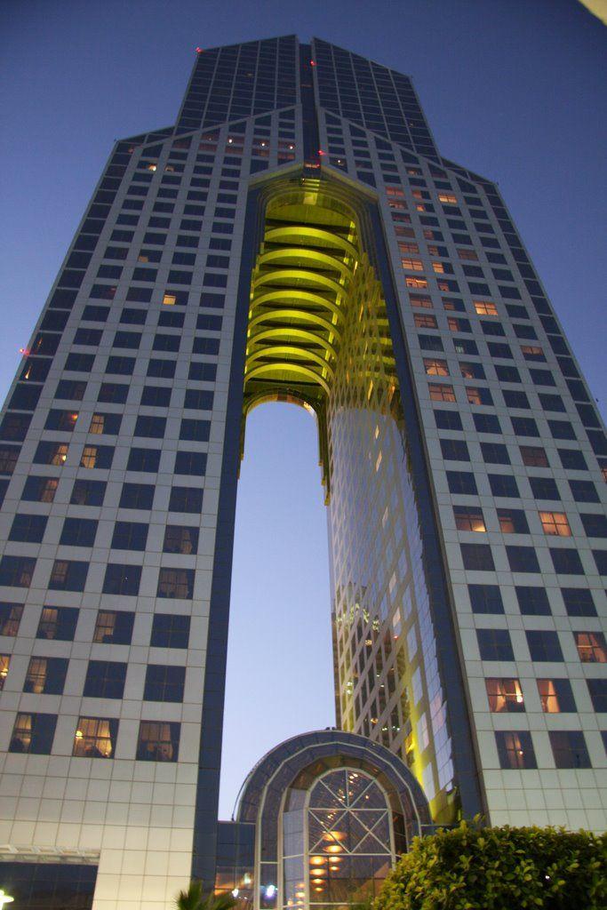Dubai Dusit Thani Hotel Este hotel de lujo de 40 plantas destaca por el aspecto de su torre, dividida en dos bases que se unen en la parte más alta. La torre de la izquierda, contiene apartamentos, mientras que en la de la derecha se encuentras las suites más lujosas del hotel. Arriba, la zona de disfrute, con un gimnasio y una espectacular piscina al aire libre