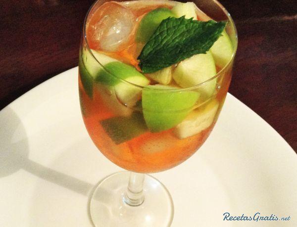 ¡Tinto de verano con vino blanco! Muy refrescante y una idea fantástica para quedar genial con tus invitados