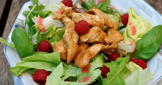 Ensalada de verano con pollo y vinagreta de frambuesa