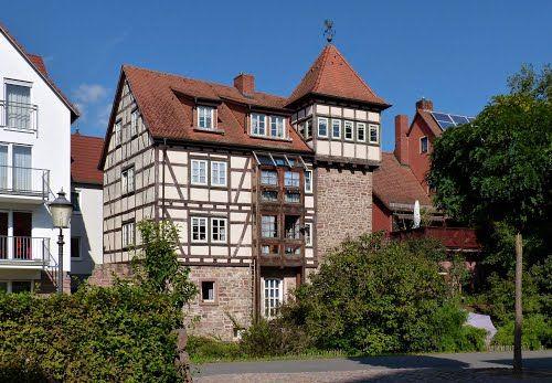 Ehemalige Stadtmauer. Stadtmauerturm in ein Haus integriert.