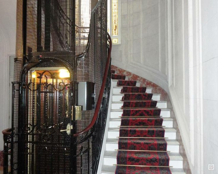 Cage d 39 escalier appartement typiquement parisien for Astuce peindre cage escalier