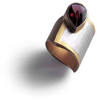 Ute Buchert-Büge: Ring gold, platinum, rhodolite. Bague en or et platine, avec rhodolite