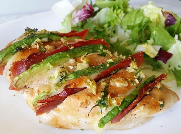 Pechuga de pollo rellena de jamón y aguacate