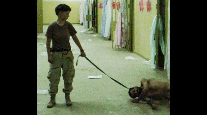 Lynndie England, réserviste pour l'armée américaine, torture un détenu de la prison Abu Ghraib à Bagdad. Elle sera condamnée en 2005 pour mauvais traitements des détenus irakiens.