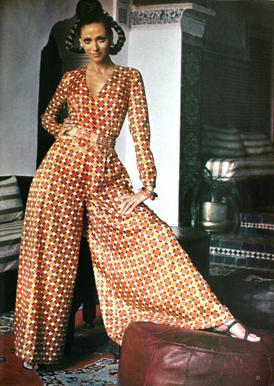 1970's Fashion. Want that jumpsuit with this rad 70s wallpaper pattern