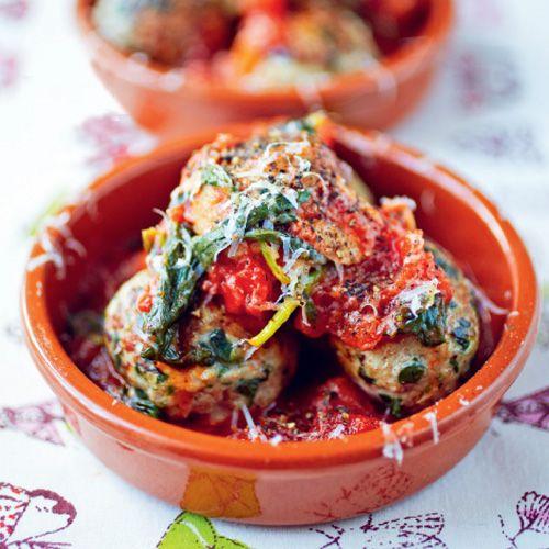 Gehaktballetjes met spinazie Jamie Oliver    1. Stoom de spinazie en laat afkoelen. Knijp het vocht eruit en hak de blaadjes grof.  ...