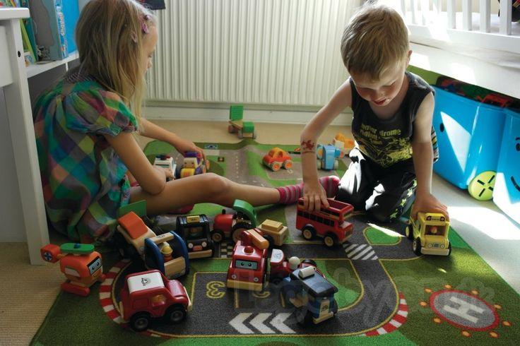 Vi havde lige vores DTP'ers skønne unger, Benjamin og Cecilia til at lege lidt med med #Miniworld træbilerne fra #Wonderworld, imens vi tog nogle billeder. Træbilerne kaldes også #WonderCars og er lavet af miljøvenligt gummitræ. Du kan se udvalget af træbiler på Legebyen.dk