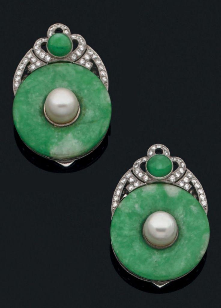 Paire de clips Art Déco, ornée d'un disque de jade vert, rehaussée d'une