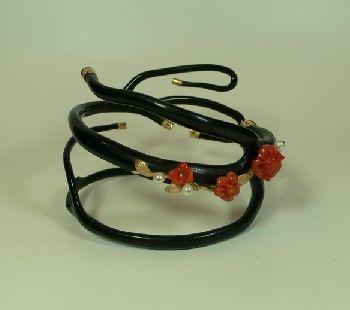 Bracciale  realizzato con ramo di corallo nero con decorazioni in oro, corallo rosso e perle. pezzo unico interamente decorato a mano. Arte e Preziosi - Elenco Articoli