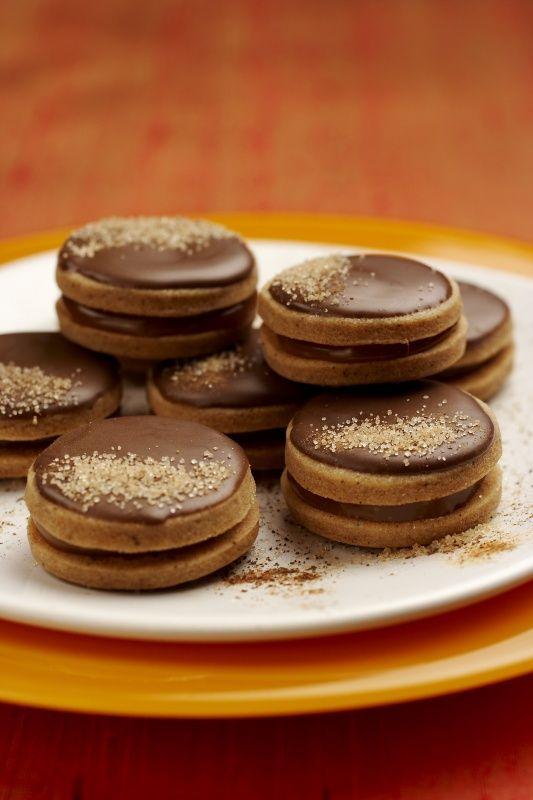 Ingredience: mouka pšeničná hladká 200 gramů, máslo 120 gramů, žloutek 2 kusy, cukr 60 gramů, skořice 1 lžička, mouka pšeničná hladká (na vál), bonbony 90 gramů (Toffo (Orion)), smetana na šlehání 1/2 decilitru, máslo 50 gramů (změklé), čokoládová poleva tmavá, cukr skořicový.
