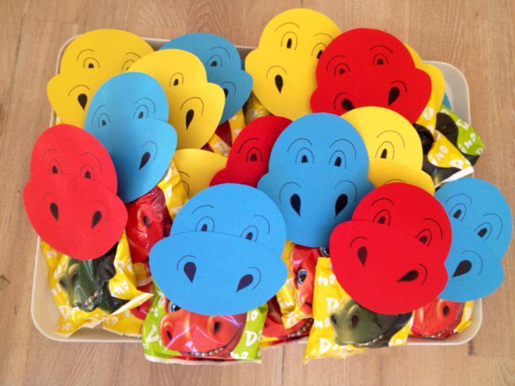 Wasknijper beplakt met dino-hoofdjes en de zakjes met kleine dino-koekjes (action) in de wasknijper geknepen, zodat het net lijkt alsof de dino het zakje in z'n bek heeft. :-)