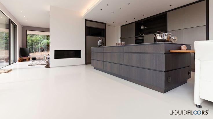 Open Keuken Met Houten Kookeiland In Warmgrijze Gietvloer