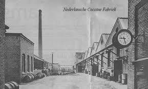 Ook werden eind 1800 cocaplanten door het koloniale Nederland verbouwd op plantages in Indonesië waarvoor in 1900 de Nederlandse Cocaine Fabriek in Amsterdam opgericht werd en uitgroeide tot het grootste cocaïne fabriek ter wereld met het Nederlands koningshuis als grootaandeelhouder. Nederland leverde in de eerste en tweede wereldoorlog cocaïne en efedrine aan o.a. de Nazi's maar ook de geallieerde soldaten die zo elkaar mentaal verdoofd onder invloed afmaakten waaraan de Oranjes grof…