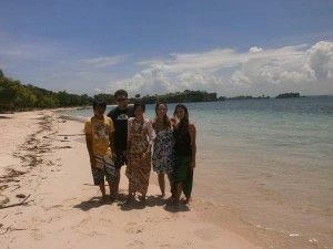 di Pantai Pink Lombok Timur