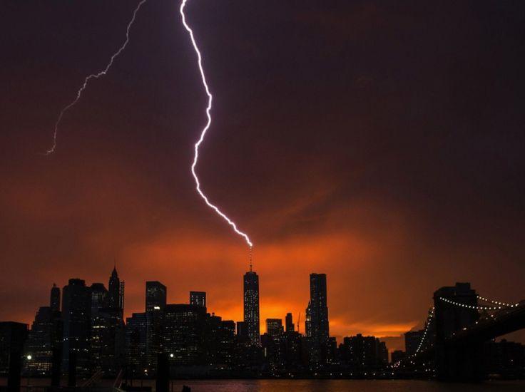 Magnifique scène saisie lors d'un orage d'été à New York, le 2 juillet : un éclair s'abat sur le One World Trade Center, dans le ciel rougeoyant du crépuscule. (REUTERS/Lucas Jackson)