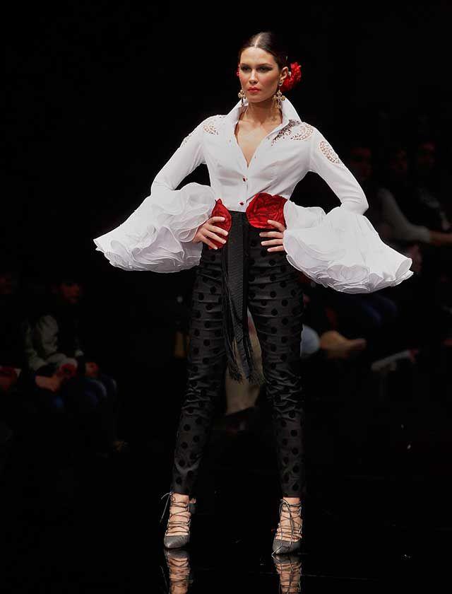 La diseñadora ha presentado su colección «Esencia», en la que mezcla tendencias actuales de bodas y «prêt-à-porter», con trajes de luces y faralaes con solera (Foto: Raúl Doblado)