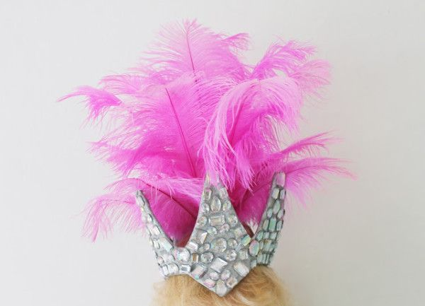 DIY Feather Crown http://www.studiodiy.com/2013/07/25/five-crowns-to-make-wear-in-honor-of-the-royal-baby/