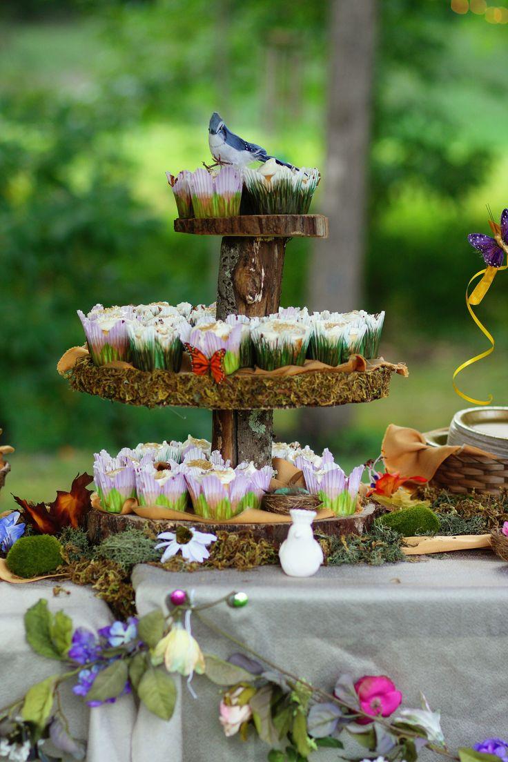 Flores em volta da mesa da mesa, musgo, passarinhos e borboletas. Muito mágico!