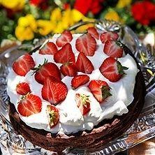 GI kladdkaka med pistagenötter, grädde och jordgubbar