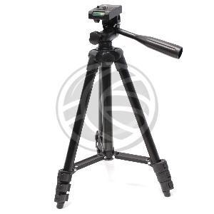 """Trípode económico fabricado en aluminio. Detalles y juntas fabricadas en plástico de color negro. Para fijación de cámaras fotográficas o cámaras de vídeo basadas en rosca de 1/4"""". Dispone de nivel tipo burbuja en la base de la peana de soporte. Se suministra con bolsa de transporte fabricada en lona de color negro. Altura plegado (mínima): 344 mm. Altura totalmente desplegado (máxima): 1065 mm. Peso neto: 450 g. Carga máxima: 4 Kg."""