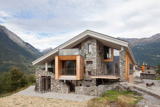 Diseño de casa moderna en la montaña, fachada de madera y piedra la integran al entorno rural