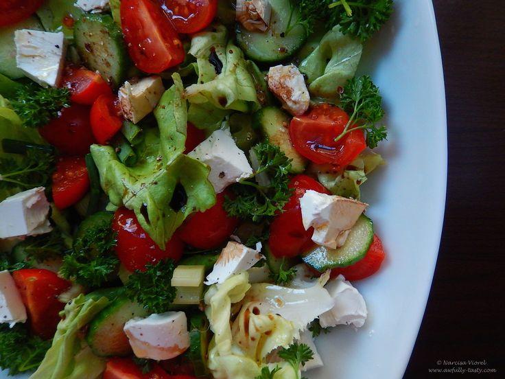 Salată cu feta, apio și roșii
