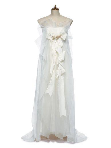 風に揺らめくシルクオーガンジーの装飾が妖精風。ひねりを加えたリボンもロマンティックなアクセントに。