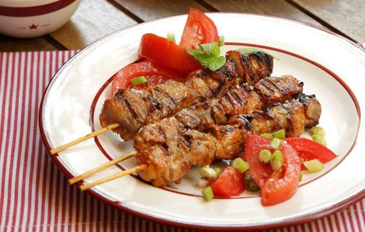Χοιρινά σουβλάκια μαριναρισμένα σε γιαουρτι, μουστάρδα, πάπρικα και σουσάμι - Συνταγές - Πιάτα ημέρας | γαστρονόμος