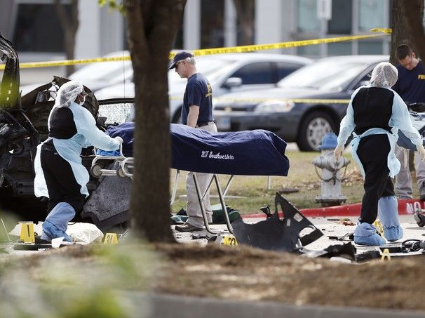 Os corpos de dois homens mortos por policiais neste domingo (3) são retirados do subúrbio de Garland, no Texas. Eles e um terceiro atirador ameaçaram um segurança que estava do lado de fora de uma exposição de caricaturas do profeta Maomé (Foto: AP Photo/Brandon Wade) - http://epoca.globo.com/tempo/filtro/fotos/2015/05/fotos-do-dia-4-de-maio-de-2015.html