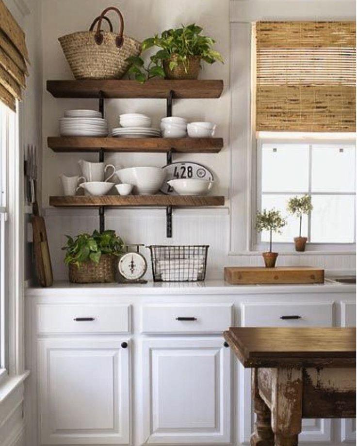 Adoro cozinhas clássicas com toques provençais.  A mistura da Madeira branca com a natural e a cortina de fibra deram aconchego ao ambiente.