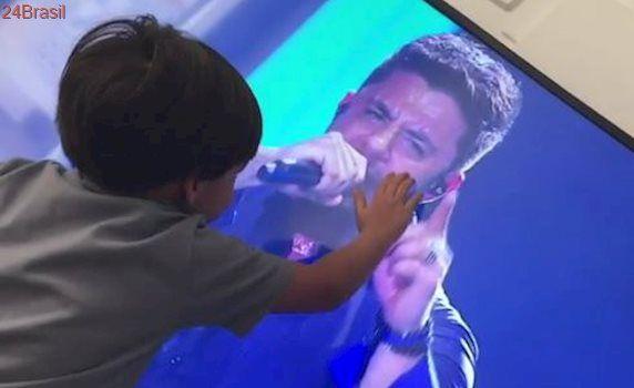 Um ano e meio após tragédia, filho de Cristiano Araújo aparece em vídeo de cortar o coração