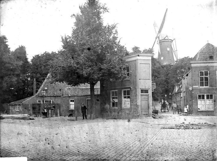 Gezicht op de noordzijde van de Lammermarkt rond 1900, met rechts de Wijkstraat (tussen de Nieuwe Beestenmarkt en de Korte Scheistraat) en links het Cameleonshofje.