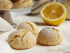 I biscotti al limone sono dei golosi dolcetti lievemente aromatizzati perfetti per accompagnare una tazza di tè. Non contengono burro.