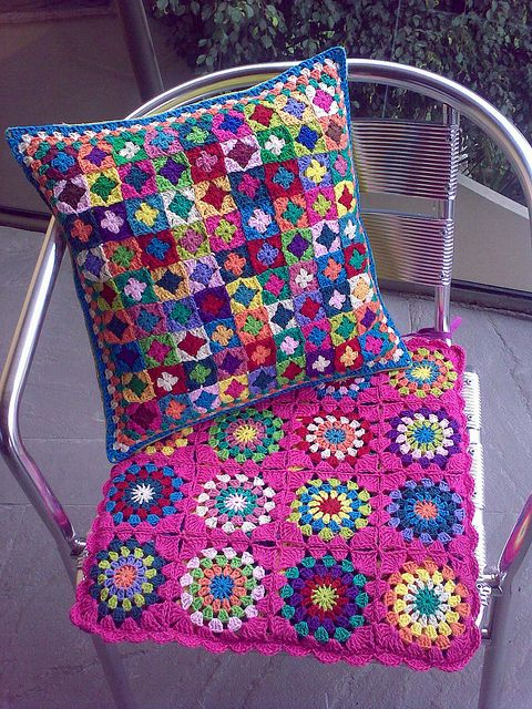 Tiny granny squares pillow, by Laura Fayolle. Beautiful colors! #crochet #granny_squares