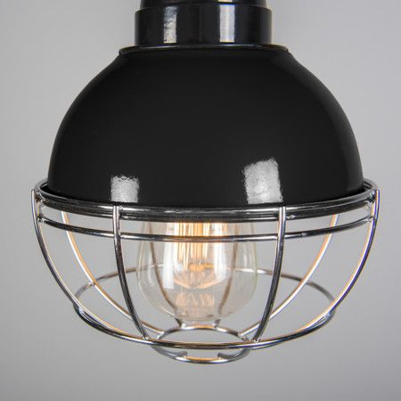Hanglamp Harbor zwart - Zeer fraaie retro lamp in industiële stijl. De geemailleerde kap is aan de onderkant afgeschermd met een verchroomd raster. De gedraaide retro stoffen snoer waar de lamp aan hangt, is het detail dat hem echt af maakt..