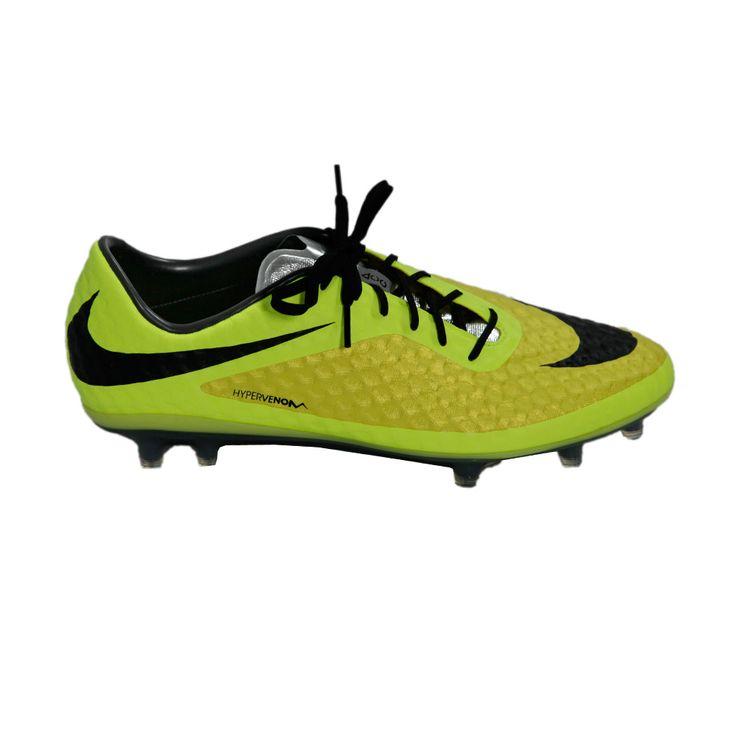 Σε αποχρώσεις του κίτρινου, το νέο ποδοσφαιρικό παπούτσι από τη σειρά Hypervenom της ΝΙΚΕ (σειρά ειδικά φτιαγμένη για τον αστέρα του ποδοσφαίρου Neymar da Silva Santos junior). Από απαλό συνθετικό δέρμα, για καλή αίσθηση με την μπάλα, έχει ενδιάμεση σόλα, για απορρόφηση κραδασμών καθώς και ειδική τεχνολογία, για επιτάχυνση και γρήγορη αλλαγή κατευθύνσεων. Κατάλληλο για φυσικό και τεχνητό χλοοτάπητα.