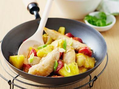 Kip in de wok met ananas en gember - zie commentaren: lekker met kokosmelk en kerrie