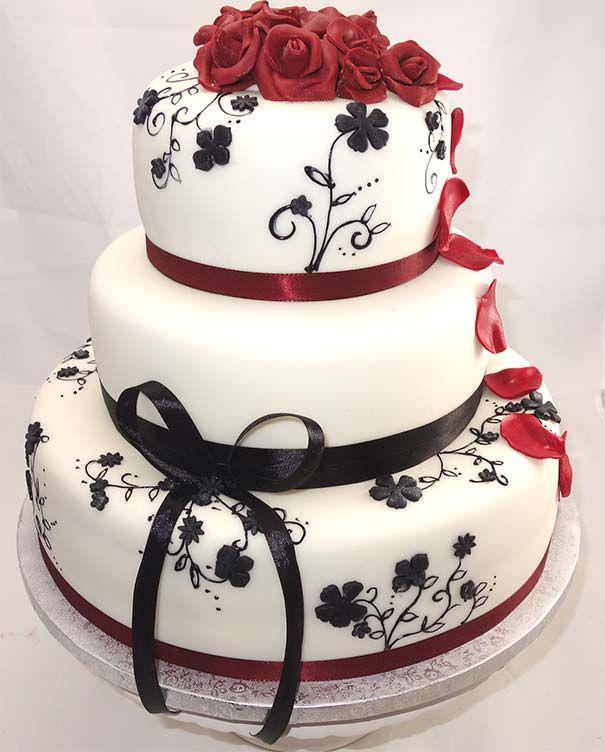 Fondant (Haut) weiß wie Schnee, Rosen (Lippen) rot wie Blut und filigrane Malereien (Haare) schwarz wie Ebenholz. Keine Frage, eine solche #Torte hätte auch Schneewittchen für ihre #Hochzeit ausgewählt. #Berlin https://cafelezard.de