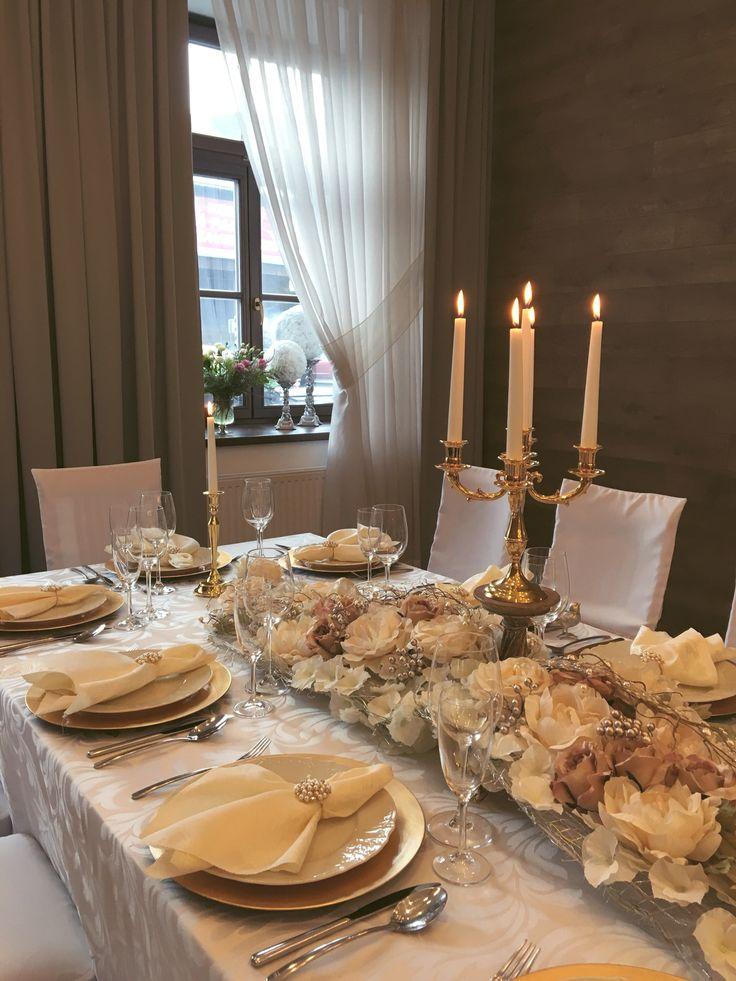 Svatební tabule ve zlaté na hotelu Freud#wedding table in gold tones