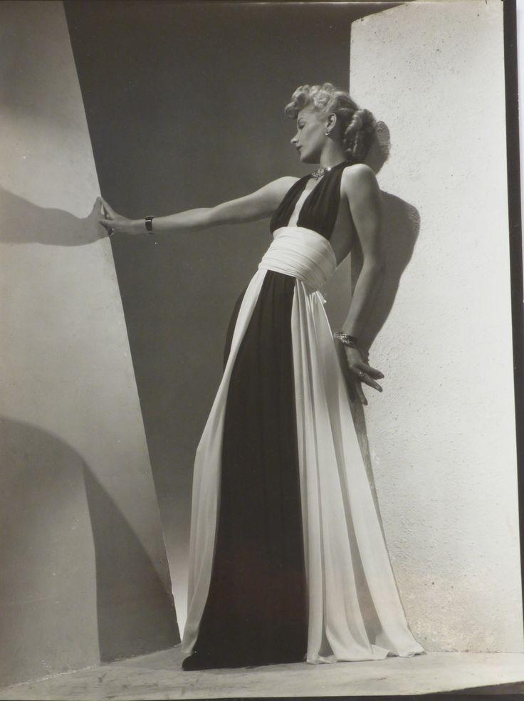 Lucien Lelong. Robe du soir en jersey noire et blanche. 1939. Tirage argentique d'époque. Image 23 x 16,7 cm, feuille 24 x 17,8 cm.