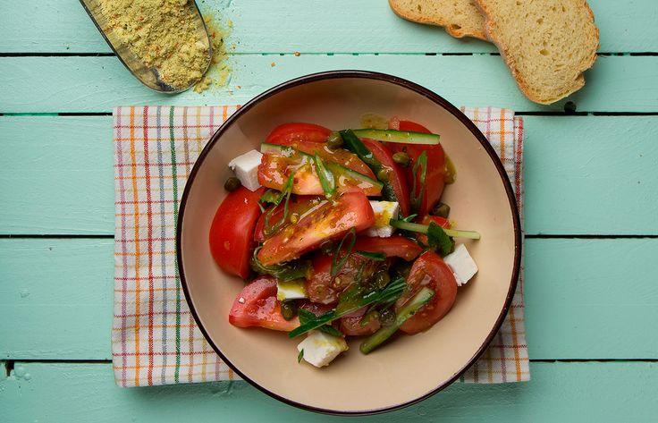 Ελληνική σαλάτα με νοστιμιά και ανθότυρο
