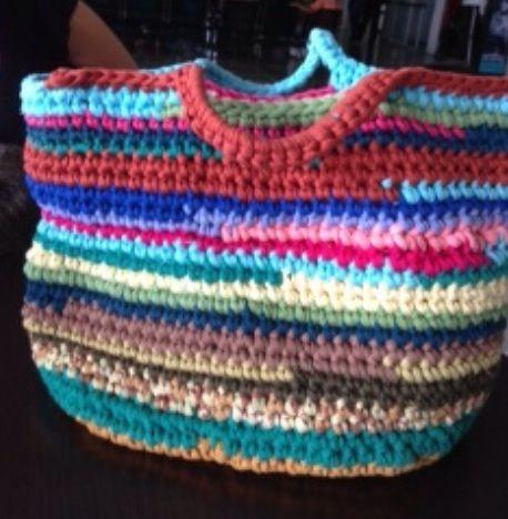 Bolso en crochet en franela elaborado por Guela Mainieri