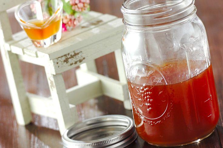 ジンジャーコーディアル  ドリンクや料理、お菓子にまで幅広く使い回せるショウガのシロップです。  材料: 500 ml分 ショウガ 300g きび砂糖 300g シナモンスティック 2本 クローブ 大さじ1 カルダモン 5個 赤唐辛子 1本 レモン汁 1個分 水 300ml 下準備 ショウガはよく洗い、皮ごと繊維を断ち切るように薄切りにする。  作り方 1 鍋にレモン汁と水以外の材料を入れて混ぜ合わせ、一晩置く。 ジンジャーコーディアルの作り方1 2 (1)に水とレモン汁を入れて火にかける。煮たったら弱火にし、20~30分煮る。  3 (2)をザルでこし、煮沸消毒をした瓶に入れて保存する。<保存期間>冷蔵庫で2週間ほど保存可能ですが、保存状況にもよるので、様子を見ながらお早目に使用して下さい。