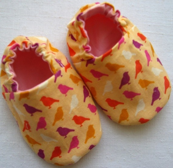 Reversible Baby Shoes, Birds in Pink by weepereas: Soft sole baby shoes in a variety of patterns. This pair is made of a cute fabric from Erin McMorris and reverses to a solid Kona cotton in pink. No exposed seams. Machine wash. $21 #Baby_Shoes #weepereas