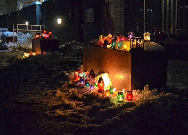 Жители #Ужгород  несут цветы и зажигают свечи у стен #Генерального #консульства #Венгрии. Так они выражают свои #соболезнования родителям и родным венгерских #детей, #погибшим в #ДТП #аварии